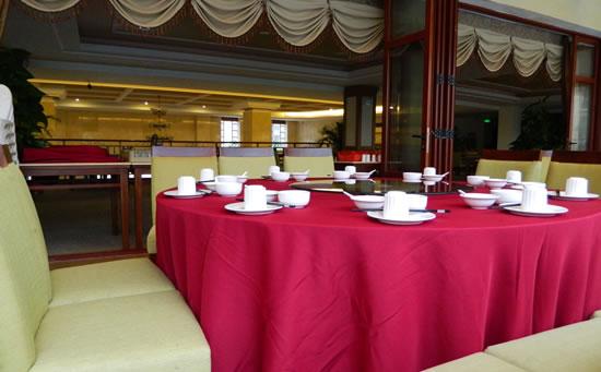 琼海天来泉老年疗养基地餐厅位于主楼二楼,环境整洁干静,楼下便是温泉游泳池。