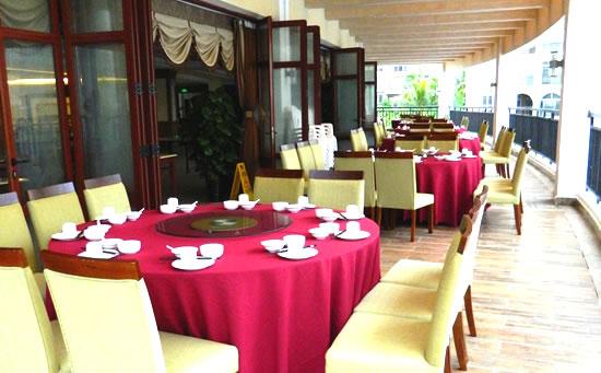 琼海天来泉老年疗养基地餐厅位于主楼二楼,环境整洁干静,楼下便是温泉游泳池。上图为二期餐厅