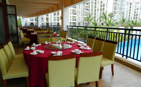 琼海天来泉老年疗养基地餐厅位于主楼二楼,环境整洁干静,楼下便是温泉游泳池。上图为二期餐厅。