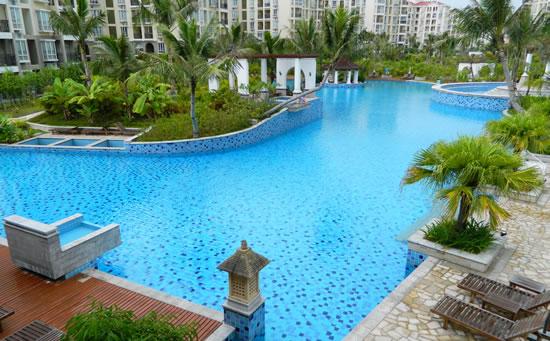 琼海天来泉老年公寓内的温泉游泳池设施。泡温泉是好事,对身体的健康有一定帮助,但老年人朋友不易泡太久哦。