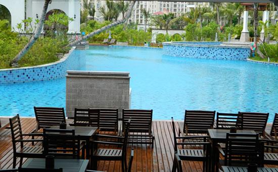 琼海天来泉老年公寓内的温泉游泳池设施。
